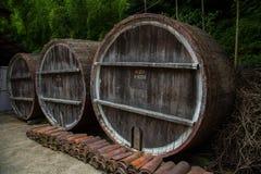Barril de madera para el vino con el anillo de acero, Georgia Fotografía de archivo