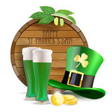 Barril de madera, saltos, sombrero verde, cerveza verde y monedas de oro Imagen de archivo