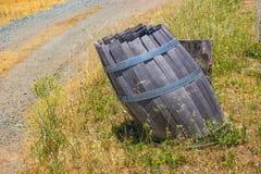 Barril de madera viejo por el lado del camino de tierra Imágenes de archivo libres de regalías