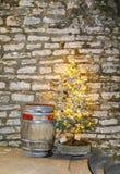 Barril de madera viejo y árbol de navidad iluminado Fotos de archivo libres de regalías
