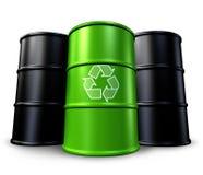 Barril de reciclaje verde con los tambores de petróleo Imágenes de archivo libres de regalías