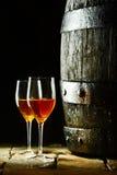 Barril de vino con los vidrios de jerez Fotos de archivo libres de regalías