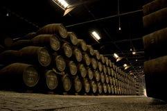 Barril de vino de Oporto en almacén Imagenes de archivo