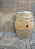 Barril de vino en el guijarro.   Fotos de archivo libres de regalías
