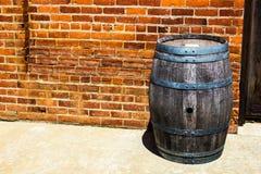 Barril de vino resistido rústico del vintage imágenes de archivo libres de regalías