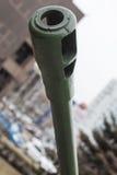 Barril del cañón de potente con el cielo en el fondo, artillería moderna del ejército, industria militar Fotografía de archivo libre de regalías