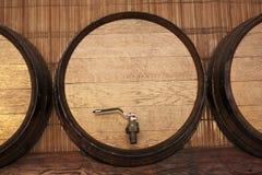 Barril del roble con el vino Imagenes de archivo