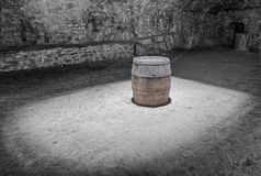 Barril del sótano y de vino bajo luz Foto de archivo