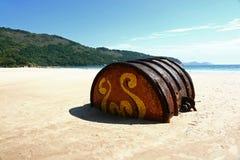 Barril oxidado en la playa Fotografía de archivo libre de regalías
