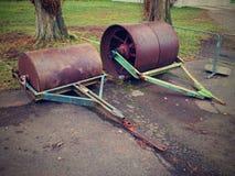 Barril oxidado viejo del hierro para el mantenimiento del campo de tenis de la negligencia Imagen de archivo libre de regalías
