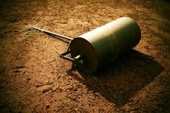 Barril oxidado viejo del hierro para el mantenimiento del campo de tenis de la negligencia El viejo rojo seco machacó ladrillos e Fotos de archivo