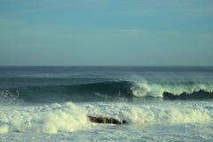 Barril que monta de la persona que practica surf en un Puerto Rico Wave Fotos de archivo