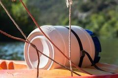 Barril resistente de agua durante el río Canoeing y Kayaking y cuerda Foto de archivo