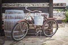 Barril viejo de Rusty Antique Bicycle y de vino Foto de archivo libre de regalías