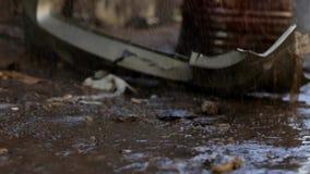 Barril viejo y coches de parachoques en la lluvia almacen de metraje de vídeo