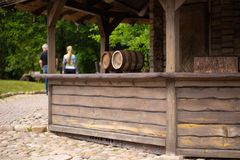 Barriles con la cerveza o el vino en el café al aire libre imagen de archivo libre de regalías