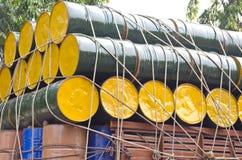 Barriles de aceite apilados para el cargo foto de archivo libre de regalías