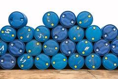 Barriles de aceite en la bomba de gas foto de archivo libre de regalías