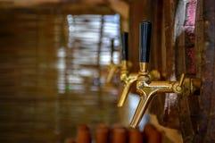 Barriles de cerveza de madera con los golpecitos Imágenes de archivo libres de regalías