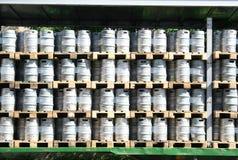 Barriles de cerveza en una pila Imagen de archivo libre de regalías