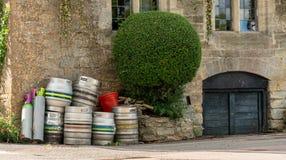 Barriles de cerveza vacíos fuera del Pub inglés foto de archivo