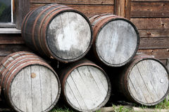 Barriles de madera empilados Imagen de archivo libre de regalías