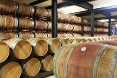 Barriles de madera en fábrica del lagar Foto de archivo