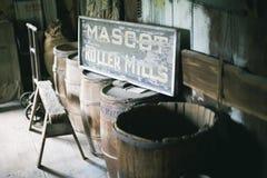 Barriles de madera en granero Fotografía de archivo libre de regalías