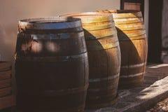 Barriles de madera viejos al aire libre Fotos de archivo