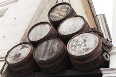 Barriles de madera viejos, cierre al aire libre para arriba Imagen de archivo