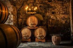 Barriles de madera viejos con el vino Imagen de archivo