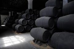 Barriles de madera viejos de jerez en bodega Foto de archivo