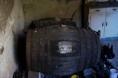 Barriles de madera viejos en sótano con la pared de la toba volcánica Imagen de archivo libre de regalías