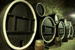 Barriles de madera viejos gigantes Fotografía de archivo