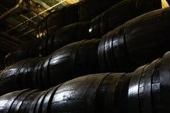 Barriles de madera viejos para el whisky o el vino imagen de archivo