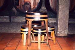 Barriles de madera viejos usados como las tablas y sillas Fotos de archivo