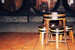 Barriles de madera viejos usados como las tablas y sillas Imagen de archivo libre de regalías