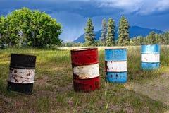 Barriles de petróleo antes de una tormenta Fotografía de archivo libre de regalías
