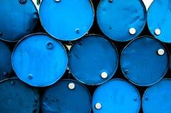 Barriles de petróleo o tambores químicos empilados para arriba Imagen de archivo libre de regalías