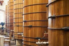 Barriles de vino en almacén Fotografía de archivo libre de regalías