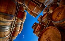 Barriles de vino con los cielos azules y la media luna Foto de archivo