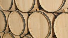 Barriles de vino del roble en sótano del lagar Fotos de archivo