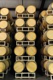 Barriles de vino empilados en la opinión recta del lagar Fotos de archivo
