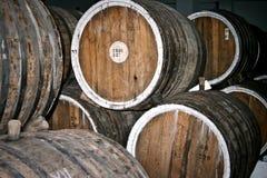 Barriles de vino en almacenaje Fotos de archivo libres de regalías