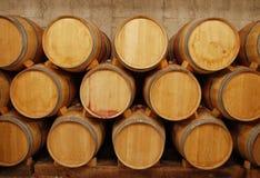 Barriles de vino en almacenaje