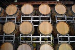 Barriles de vino en almacenaje en un lagar Imagenes de archivo