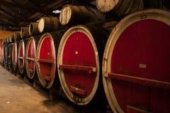 Barriles de vino en almacenamiento fotos de archivo