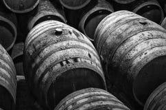 Barriles de vino en blanco y negro Fotos de archivo