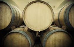 Barriles de vino en cámara acorazada del vino Imágenes de archivo libres de regalías