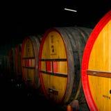 Barriles de vino en el lagar de Sevenhill Imagen de archivo libre de regalías